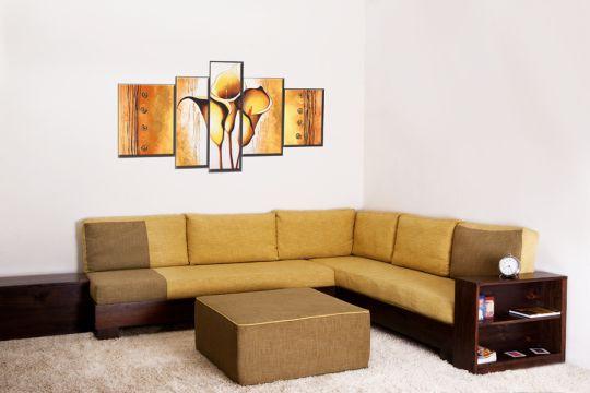 פינת ישיבה יוקרתית בגוונים של חום-צהבהב