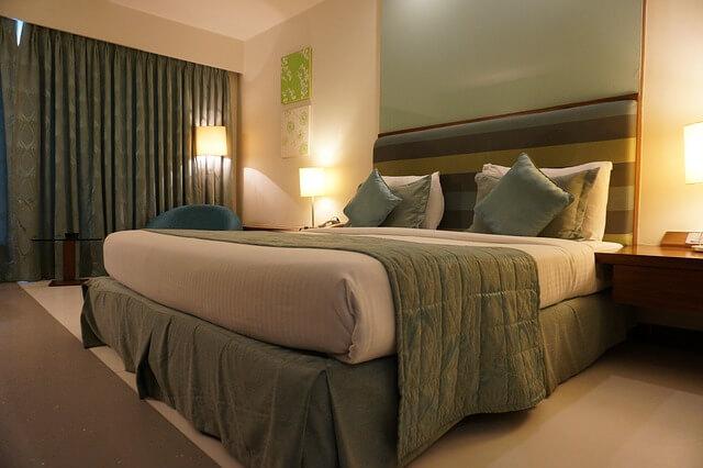 וילונות עבים אקוסטיים בחדר שינה